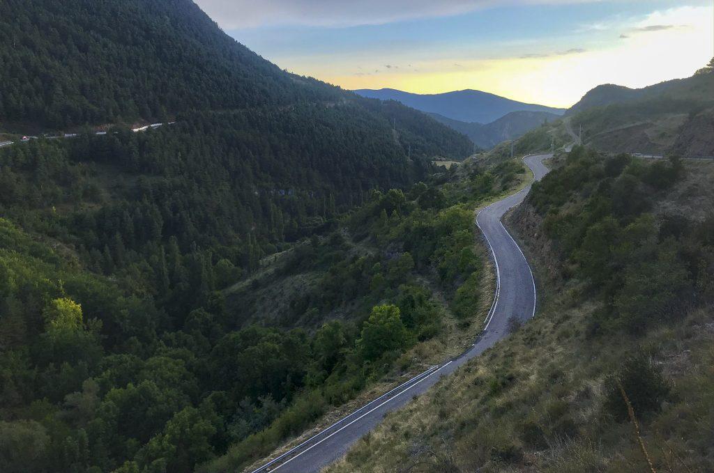 Viaggiare in Catalunya in bici: al tramonto, scendendo dal Coll de la Trava