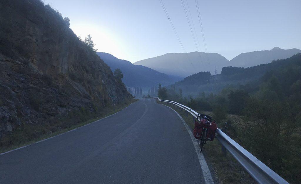 Viaggiare in Catalunya in bici: la partenza con le luci dell'Alba